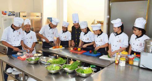 Giờ học vui vẻ ở lớp Bếp Âu