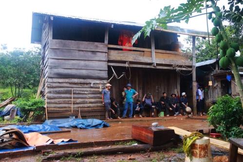 Nhiều người tụ tập trước nhà bị can Đặng Văn Hiến