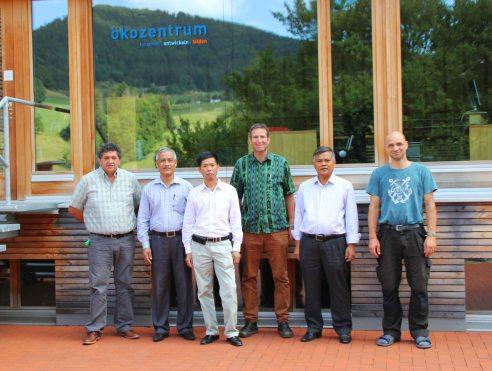 Tiến Sĩ Martin Schmid ( người cao nhất) cố vấn năng lượng của Chính phủ Thụy Sĩ chụp ảnh cùng lớp học cơ khí