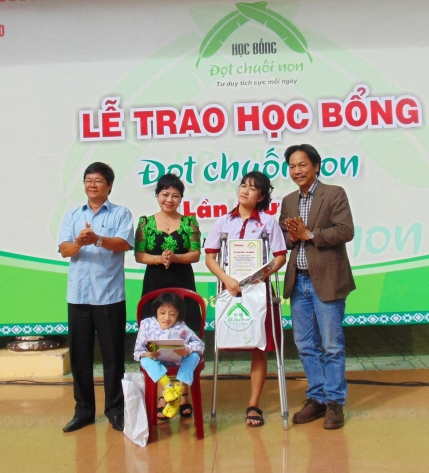 Đại diện Ban chỉ đạo Tây Nguyên và báo Tiền Phong chúc mừng 2 em Hà Vi- Tú Uyên được trao 2 suất học bổng đặc biệt của chương trình