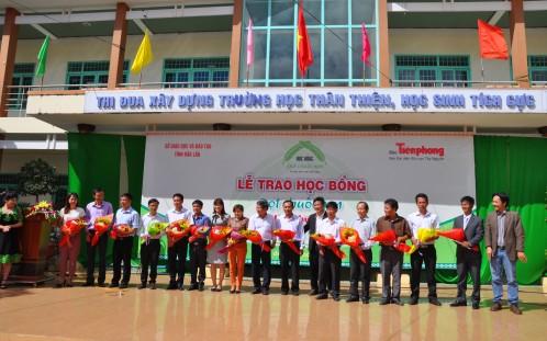 Đại diện Báo Tiền Phong tặng hoa cho các thầy cô giáo dẫn 14 đoàn các huyện thành đi nhận học bổng