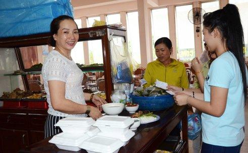 Chị Nhung nhận phiếu DCTT để phục vụ tại căn tin BV ĐK Đắk Lắk