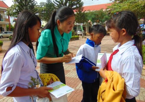 Em Ma Thị Ly (ngoài cùng bên trái) trả lời một nữ phóng viên