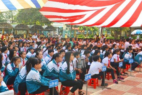 Hơn một nghìn học sinh chăm chú theo dõi chương trình