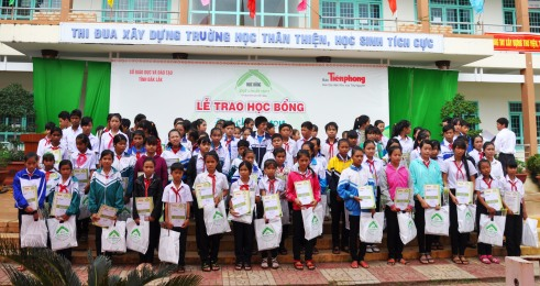 Học bổng ĐCN lần thứ 8 đã trao cho 97 học sinh 2 tỉnh Đắk Lắk và Đắk Nông