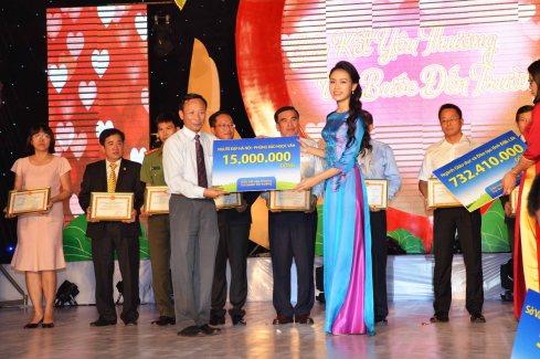 Người đẹp Phùng Bảo Ngọc Vân tham gia nhiều chương trình thiện nguyện tại Đắk Lắk