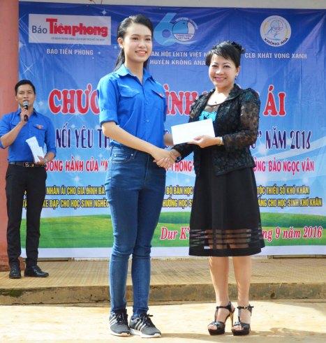 Ngọc Vân tặng 15 triệu đồng cho chương trình học bổng Đọt Chuối Non