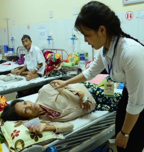 Phát phiếu Dĩa cơm trên tường cho 1 bệnh nhân khoa Ung Bướu ở BVĐK Đắk Lắk