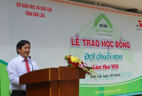 Thầy Thái Văn Tài phó giám đốc Sở Giáo dục Đào tạo tỉnh Đắk Lắk cảm ơn báo Tiền Phong đã có nhiều cống hiến đáng quý cho sự nghiệp Giáo dục trên địa bàn