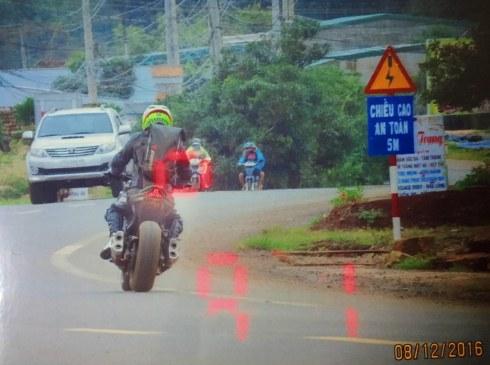 Ảnh camera chụp Hưng chạy mô tô quá tốc độ cho phép