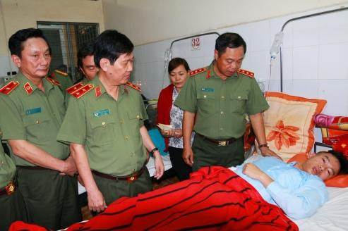 Hai Thứ trưởng Bộ Công an thăm hỏi động viên thượng sĩ Vũ Xuân Khuê bị thương do vụ nổ tại BV ĐK Đắk Lắk