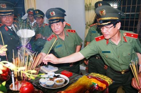 Lãnh đạo Bộ Công an đến phúng viếng cố trung úy Y Quyết Bkrông