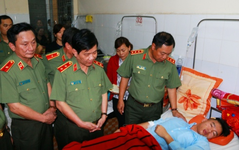 Lãnh đạo Bộ Công An thăm hỏi động viên thượng sĩ Vũ Xuân Khuê tại BV ĐK tỉnh Đắk Lắk