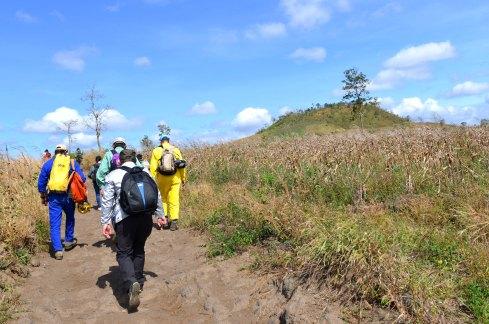 Lên cao dần về hướng đỉnh núi lửa phía trước