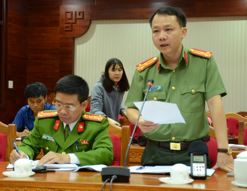 Trung tá Bùi Trọng Tuấn người phát ngôn Công an tỉnh Đắk Lắk cung cấp thông tin về vụ nổ cho các phóng viên