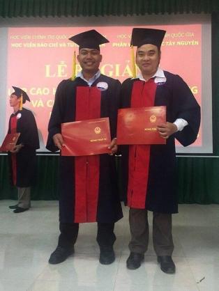 Y Quyết bên trái cùng bạn trong ngày tốt nghiệp Đại học An ninh