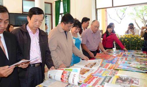 Bạn đọc tha hồ xem số ấn phẩm báo tết rất phong phú đa dạng tại Thư viện tỉnh