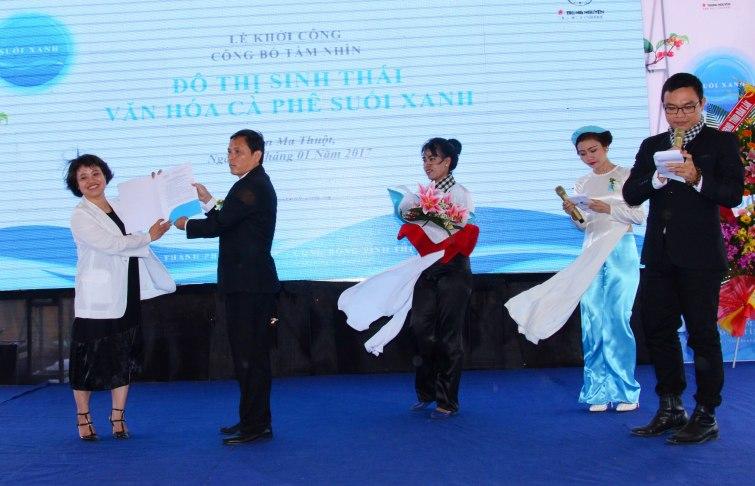 Ông Nguyễn Tuấn Hà phó Chủ tịch UBND tỉnh trao quyết định chứng nhận đầu tư cho bà Điệp Giang giám đốc chi nhánh Đắk Lắk của Công ty Cổ phần Đầu tư Trung Nguyên