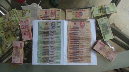 Ông Thụt chụp ảnh các seri tiền trước khi giao cho bà Hoa để làm bằng chứng tố cáo