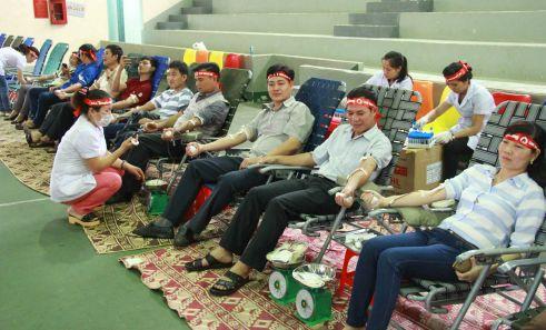 Đoàn cán bộ xã Cư Suê cùng hiến máu