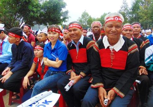 Các già làng tham gia cổ vũ tinh thần Chủ Nhật Đỏ