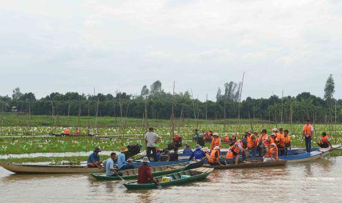 Các phóng viên đi thực tế vùng rau thủy sinh ở huyện Thanh Bình