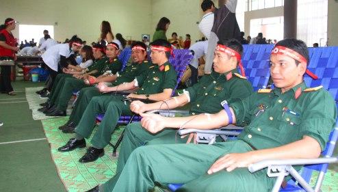 Cán bộ Ban chỉ huy Quân sự huyện đi hiến máu