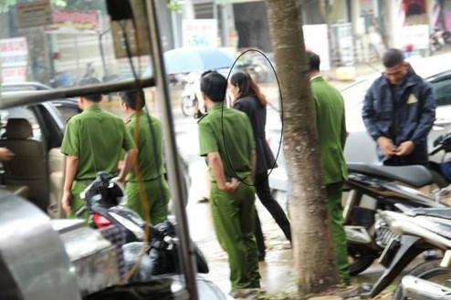 Công an tỉnh Đắk Lắk đưa thẩm phán Hoa từ nhà lên tòa để xác minh
