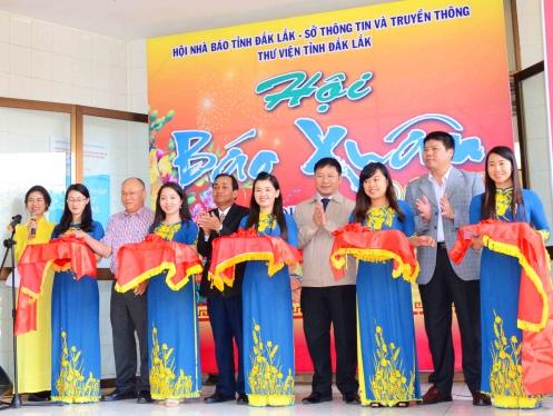 Cắt băng khai mạc triển lãm Hội báo Xuân Đinh Dậu