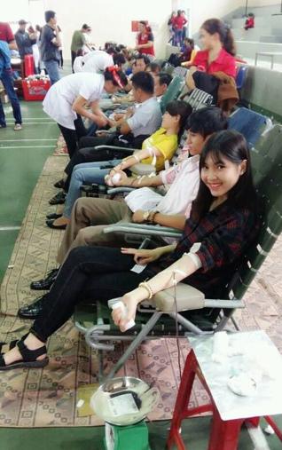 Chị Dung phóng viên báo Việt Nam Mới hiến máu