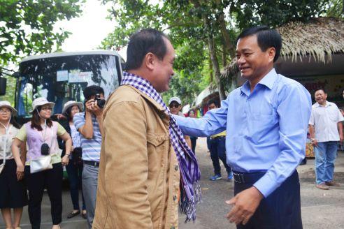 Chủ tịch UBND tỉnh Đồng Tháp thân chinh đón và tặng khăn rằn Nam Bộ cho đoàn phóng viên Famtrip từ xa đến