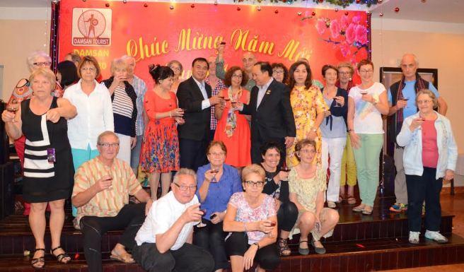 Đoàn du khách và lãnh đạo tỉnh Đắk Lắk nâng ly mừng năm mới