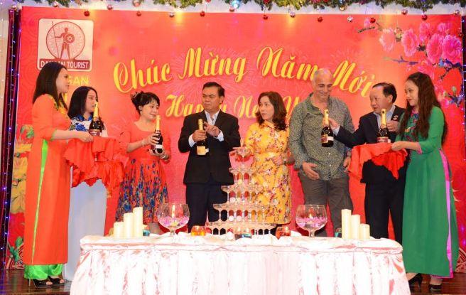 Đồng chi Bí thư tỉnh ủy Y Phu Êban cùng nhà báo Hoàng Thiên Nga