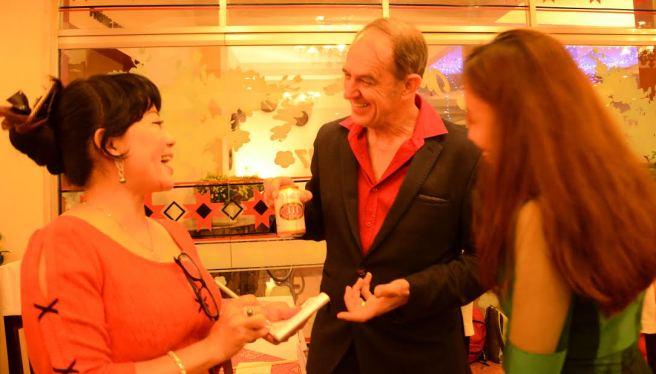 Ông Gary Anderson  vui thich trả lời các câu hỏi của đại diện báo Tiền Phong