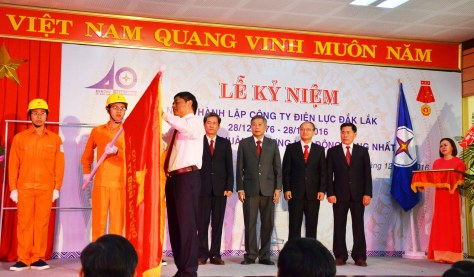Gắn Huân chương Lao động hạng Nhất lên cờ cho Công ty Điện Lực Đắk Lắk