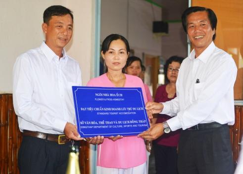 Giám đốc Sở VHTTDL tỉnh Đồng Tháp trao biểu trưng chứng nhận mô hình du lịch Homestay đầu tiên cho vợ chồng Hùng-Hoa