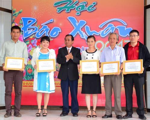 Nhà báo Hoàng Thiên Nga (áo xanh) nhận giải A tại Hội báo xuân Đinh dậu tỉnh Đắk Lắk