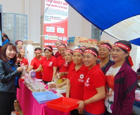 Nhóm Bếp của các mẹ chị hăng hái phục vụ Chủ Nhật Đỏ
