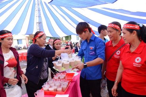Thanh niên tình nguyện nhận từng khay sữa đi phục vụ người hiến máu