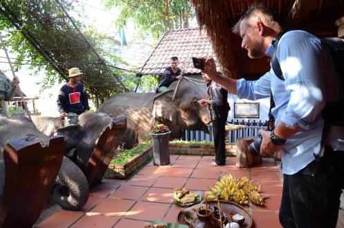Anh Morten Bak du khách Đan Mạch thích thú ghi lại cảnh cúng voi