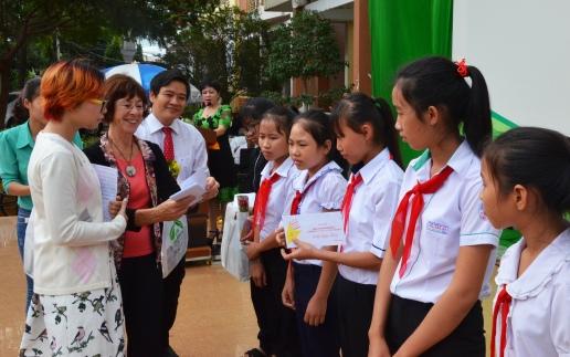 Bà Nicole cùng ông Thái Văn Tài phó giám đốc sở GDĐT Đắk Lắk trao các phong bì học bổng do Hội Hữu nghị tự thiết kế