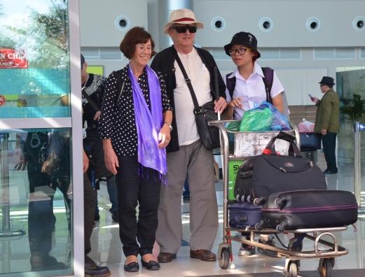 Ông bà Nicole-Raymond cùng con gái nuôi Bích Thủy tại sân bay Buôn Ma Thuột