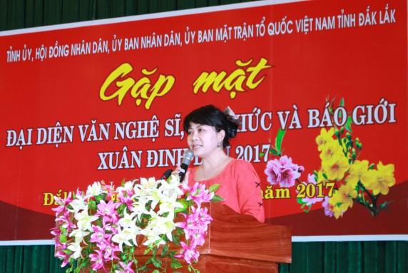 Đại diện báo Tiền Phong phát biểu và đọc vè thời sự tại buổi gặp mặt