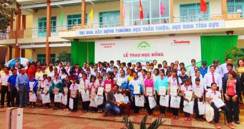 Các đại biểu chụp ảnh cùng 97 học sinh nhận học bổng