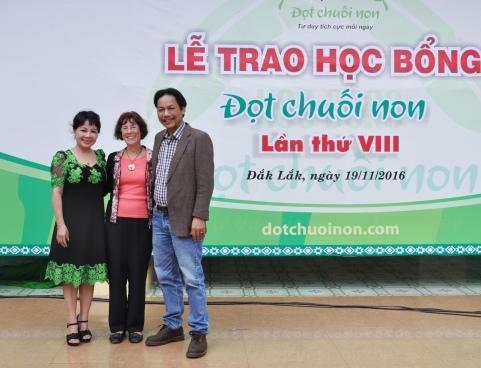Hai nhà báo của báo Tiền Phong trân trọng giới thiệu sự đóng góp của bà Chủ tịch Hội Hữu nghị Pháp Việt vùng Choisy Le Roi tại lễ trao học bổng