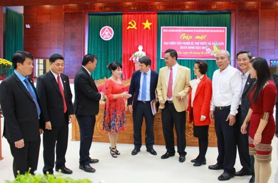 Lãnh đạo tỉnh trò chuyện với đại diện báo Tiền Phong sau buổi gặp mặt