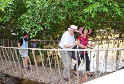 Qua cầu treo bắc ngang sông Sê Rê Pôk